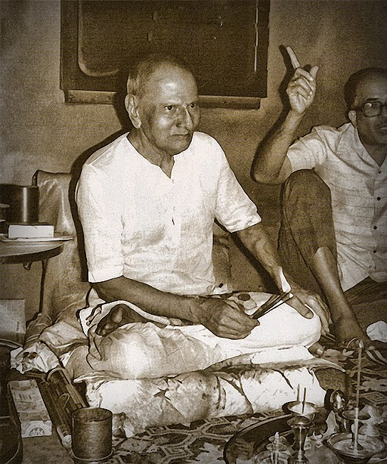 009-0-Nisargadatta Maharaj with Saumitra Mullarpattan beside.jpg