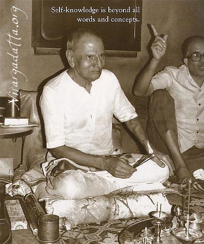 009-1-Nisargadatta Maharaj with Saumitra Mullarpattan beside.jpg