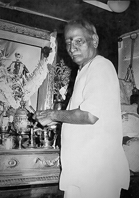 018-Nisargadatta Maharaj offering respects to his Guru Parampara.jpg