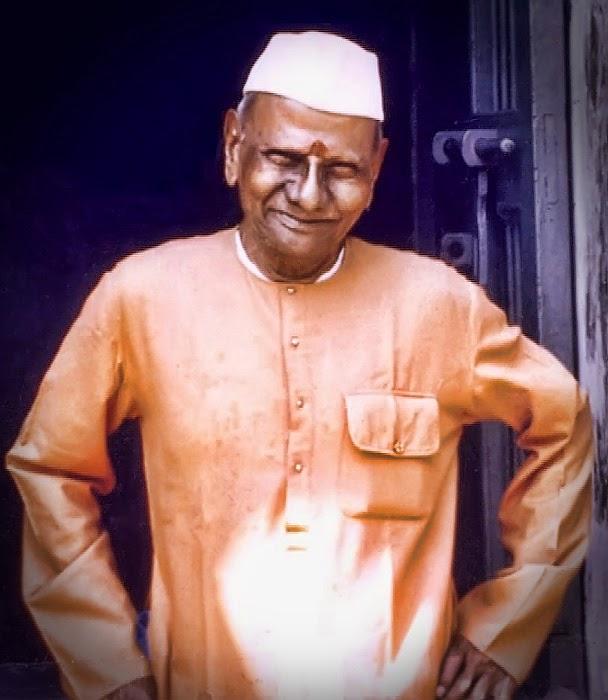 023-0-Nisargadatta Maharaj in front of his residence at Vanmali Bhavan building.jpg
