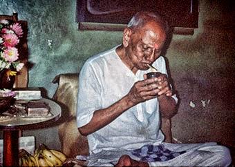 048-Maharaj lighting up a beedi - a leaf rolled cigarette.jpg