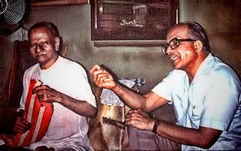049-Nisargadatta Maharaj and Saumitra Mullarpattan, translator.jpg