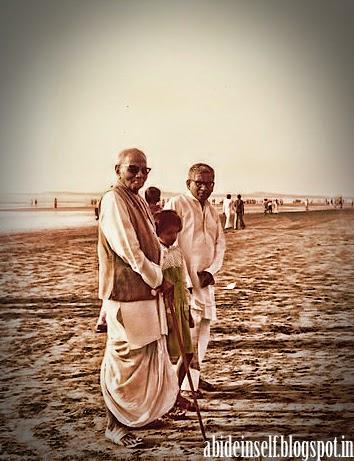 058-Nisargadatta Maharaj at Juhu beach.jpg