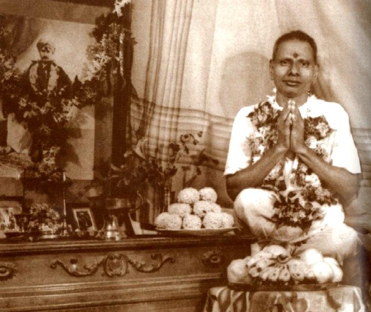 070-1-Hindu_Nisargadatta_Maharaj_young_by_guru_altar.jpg