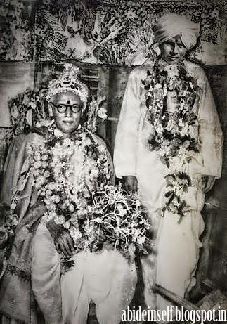 074-Nisargadatta Maharaj with Bhainath Maharaj.jpg