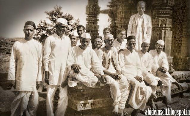 094-Nisargadatta Maharaj with some of the devotees.jpg
