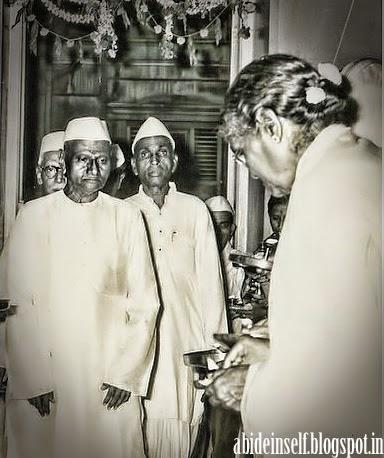 097-Nisargadatta Maharaj visits a devotee's house.jpg