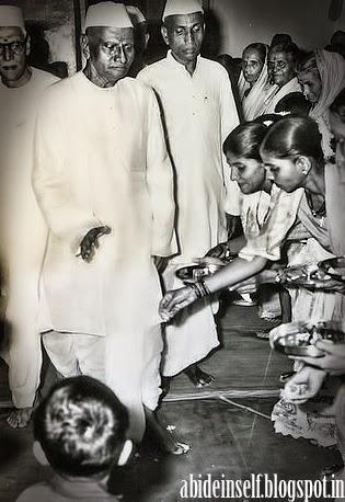 100-Devotees welcome Sri Nisargadatta Maharaj and Bhainath Maharaj.jpg