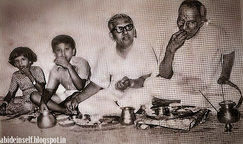 139-Nisargadatta Maharaj taking food with his Son Chittaranjan and Grandchildren.jpg