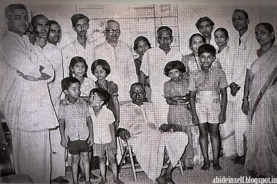 140-Nisargadatta Maharaj with family members.jpg
