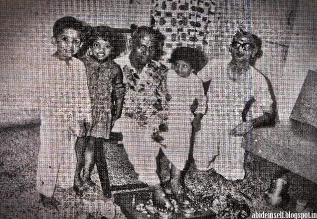 141-Nisargadatta Maharaj with Hareswar Joshi in 1971.jpg