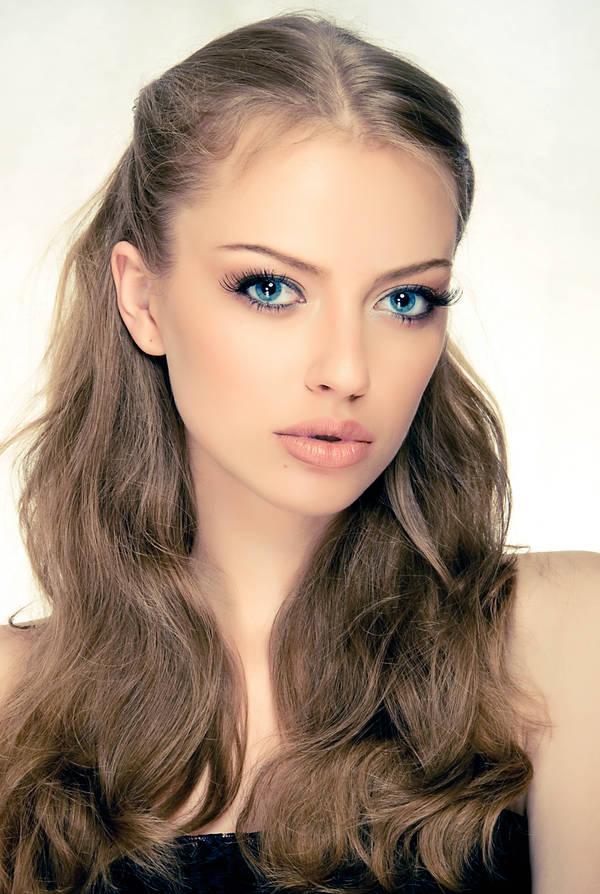 индивидуалки брюнетки с голубыми глазами и светлой кожей фото