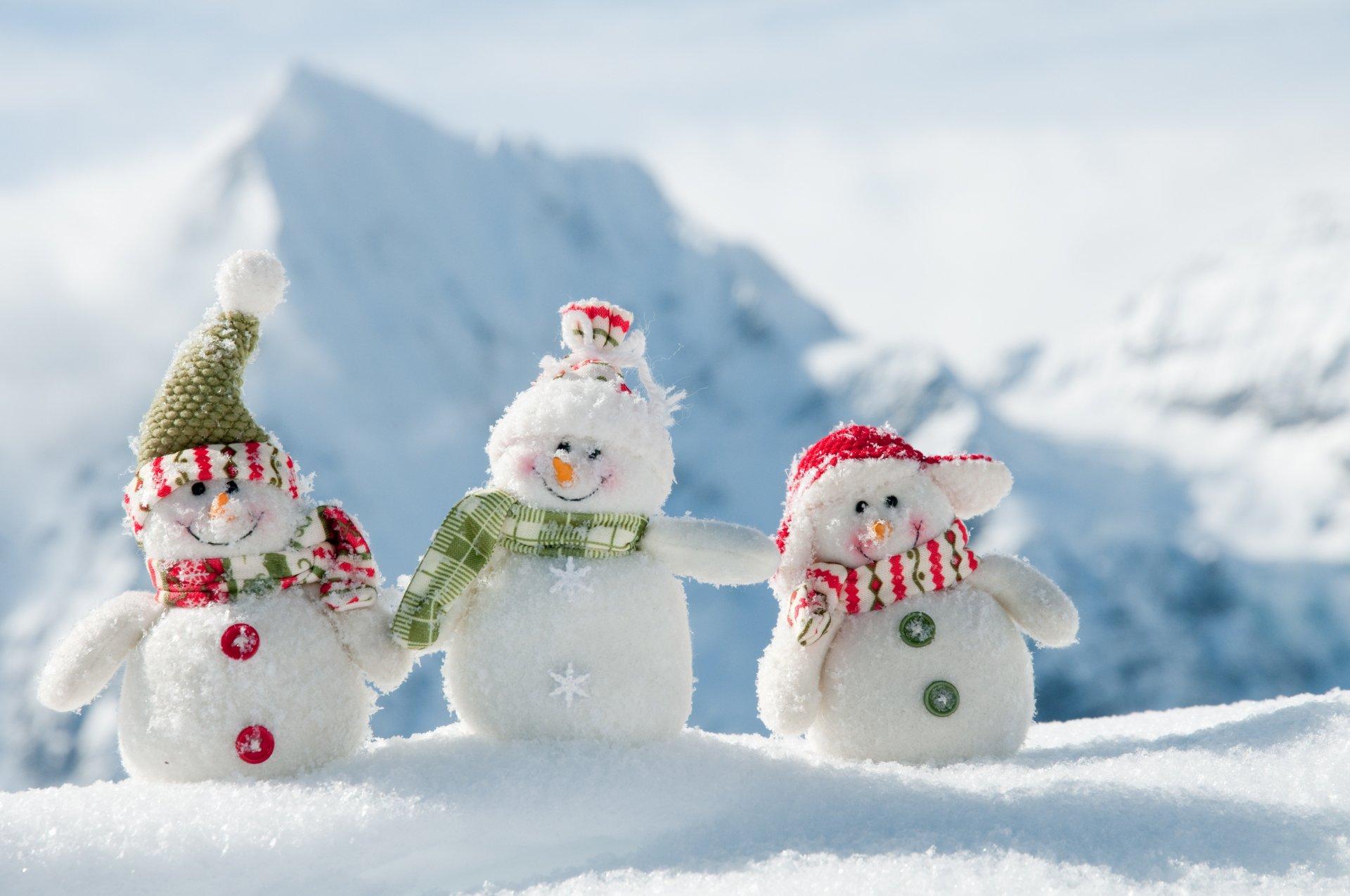 white-snowmans-zima-novyj-god-veslye-snegoviki.jpg